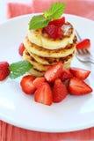 Pila di pancake con le fragole fresche Fotografie Stock