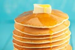 Pila di pancake con miele e burro sulla cima Immagine Stock