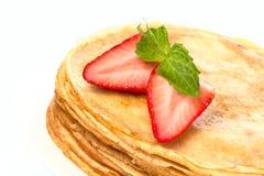 Pila di pancake. crêpe con con il isolat della fragola e del burro immagini stock