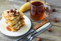 Pila di pancake deliziosi con la banana Fotografie Stock Libere da Diritti