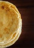 Pila di pancake deliziosi su un fondo scuro Fotografie Stock Libere da Diritti