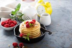 Pila di pancake di latticello lanuginosi con il lampone e la noce di cocco Fotografia Stock