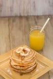 Pila di pancake freschi con la pioviggine dello sciroppo Fotografia Stock Libera da Diritti