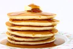 Pila di pancake lanuginosi con burro e sciroppo Immagini Stock Libere da Diritti