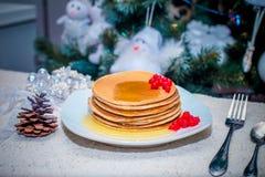Pila di pancake o di flapjacks dorati freschi completati Fotografia Stock