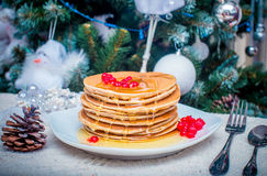 Pila di pancake o di flapjacks dorati freschi completati Fotografie Stock