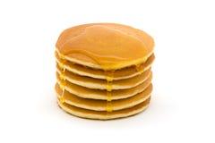 Pila di pancake sopra bianco con sciroppo Fotografia Stock
