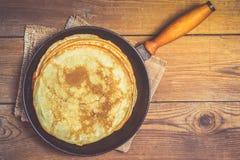 Pila di pancake su una padella della ghisa Immagine Stock