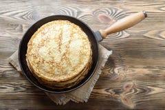 Pila di pancake su una padella della ghisa Vista superiore Fotografia Stock Libera da Diritti