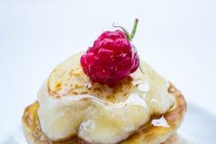 Pila di pancake sul piatto con i lamponi e Fotografia Stock Libera da Diritti