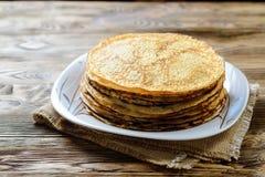 Pila di pancake sulla tavola di legno Immagini Stock