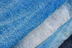 Pila di pantaloni delle blue jeans come priorità bassa Immagini Stock Libere da Diritti