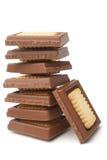 Pila di pezzi del cioccolato con i biscotti Immagine Stock