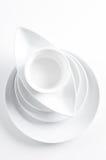 Pila di piatti bianchi puliti Fotografie Stock Libere da Diritti