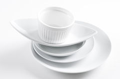 Pila di piatti bianchi puliti Fotografie Stock