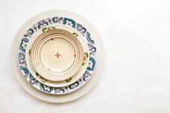 Pila di piatti ceramici vuoti isolati su bianco Fotografia Stock