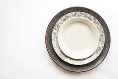 Pila di piatti ceramici vuoti isolati su fondo bianco con Fotografia Stock