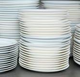 Pila di piatti e di piatti puliti Fotografia Stock Libera da Diritti
