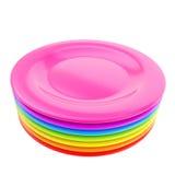 Pila di piatti variopinti del piatto isolati su bianco Fotografie Stock Libere da Diritti