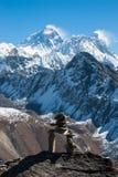 Pila di pietra, con l'Everest nel fondo, Gokyo Ri, Nepal Fotografie Stock