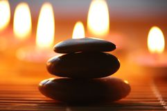 Pila di pietra e di candele Immagini Stock
