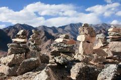 Pila di pietra e vista dell'Himalaya Fotografia Stock