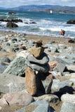 Pila di pietre alla spiaggia Fotografia Stock Libera da Diritti