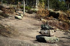 Pila di pietre che segnano la traccia di escursione sulla montagna immagini stock