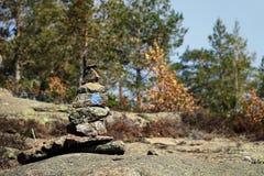 Pila di pietre che segnano la traccia di escursione sulla montagna fotografia stock libera da diritti