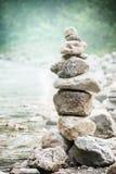Pila di pietre di zen sul fondo della natura, sul concetto di equilibrio e sull'armonia immagini stock libere da diritti