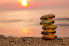 Pila di pietre di zen sulla spiaggia Fotografia Stock Libera da Diritti