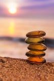 Pila di pietre di zen sulla spiaggia Immagini Stock Libere da Diritti