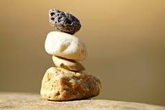 Pila di pietre differenti nell'equilibrio fotografia stock libera da diritti