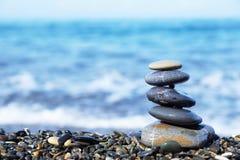 Pila di pietre rotonde sulla spiaggia Immagine Stock Libera da Diritti