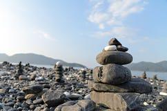 Pila di pietre su una spiaggia Fotografia Stock