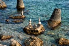 Pila di pietre sulla spiaggia, mare Fotografie Stock