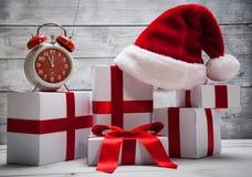 Pila di presente di natale bianco, con il cappello di Santa Claus Fotografia Stock Libera da Diritti