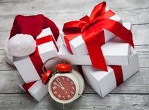 Pila di presente di natale bianco, con il cappello di Santa Claus Fotografia Stock