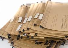 Pila di profondi documenti cartacei con le clip di plastica fotografie stock libere da diritti