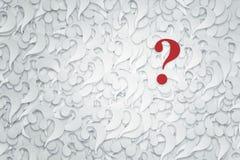 Pila di punti interrogativi su un fondo bianco Fotografie Stock