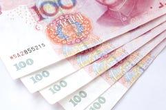 Pila di Renminbi, 100 cento dollari Immagini Stock