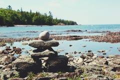 Pila di rocce sulla costa del lago Superiore fotografia stock libera da diritti