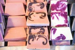 Pila di saponi su una stalla del mercato da vendere Immagini Stock