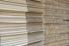 Pila di scatole di cartone ondulate vista del egde di boxe appiattito fotografie stock libere da diritti