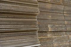 Pila di scatole di cartone ondulate vista del egde di boxe appiattito fotografia stock libera da diritti