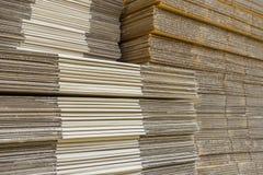Pila di scatole di cartone ondulate vista del egde di boxe appiattito immagini stock libere da diritti