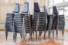 Pila di sedie fotografia stock libera da diritti