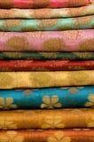 Pila di seta indiana stampata   Immagini Stock