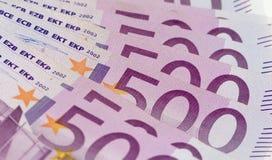 Pila di soldi con 500 euro banconote Immagini Stock