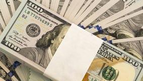 Pila di soldi nelle banconote dei contanti dei dollari americani Immagini Stock Libere da Diritti